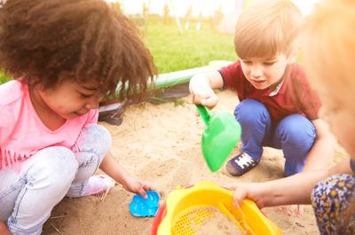 5 consejos para ayudar a socializar un niño - superfriends